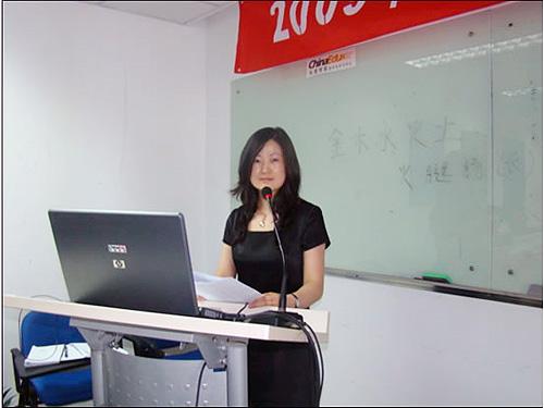 典礼由学习中心学务仇萍老师主持,学习中心主任胡北老师在开学典礼上图片